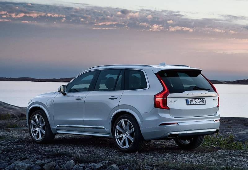 assets_market_img_exterior_feature_two_akce_volvo_XC90_processed_1140