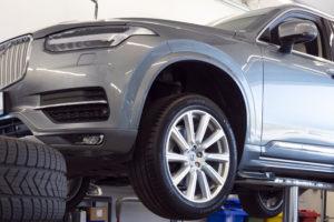 Automechanik pro vozy značky Volvo