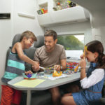 vw-nutzfahrzeuge-grand-california-innenraum-familie